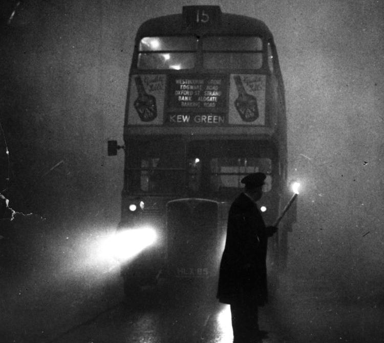 Londyński autobus podczas Wielkiego Smogu