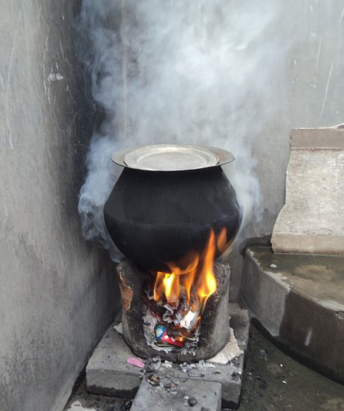 Domowe palenisko kuchenne w wiejskim domu w Indiach